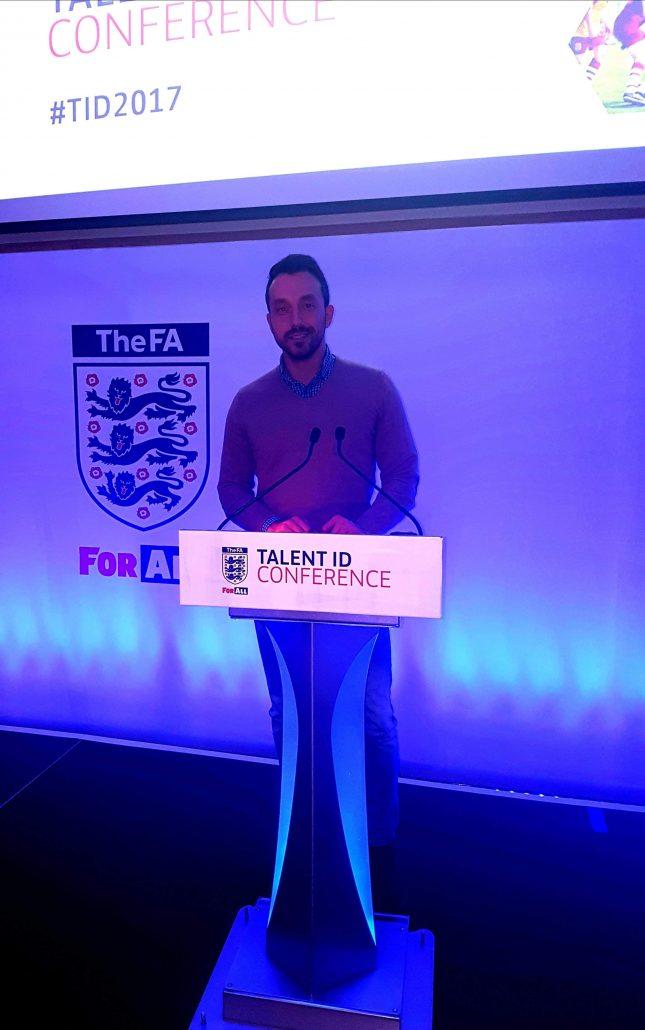 Георги Захариев по време на футболна конференция в Англия