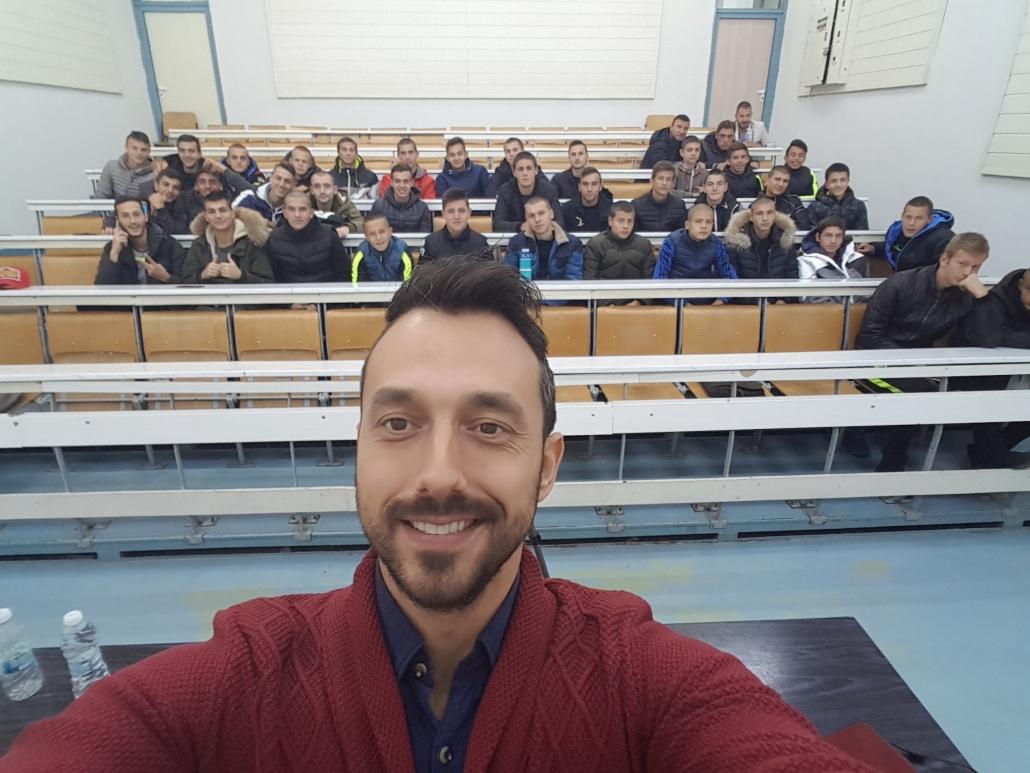 Георги Захариев по време на лекция с деца