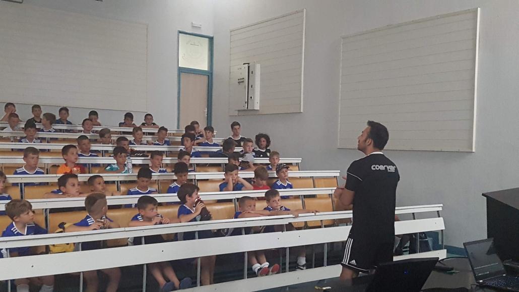 Георги Захариев изнася лекция на деца